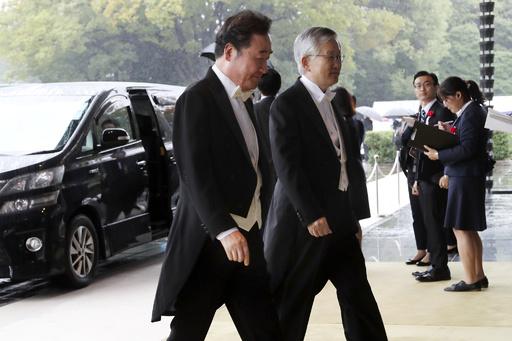 安倍首相、韓国の李首相と会談 日韓関係の悪化後初