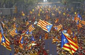 カタルーニャで独立派デモに数十万人、住民投票求め巨大人文字