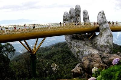 神の手が支える「黄金の橋」、ベトナムの新名所に