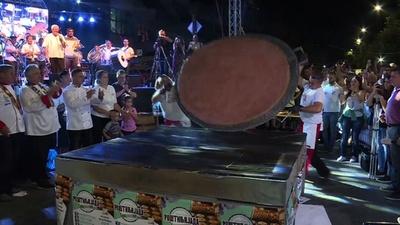 動画:巨大ハンバーグをひっくり返せ、重さ66キロ超 セルビア