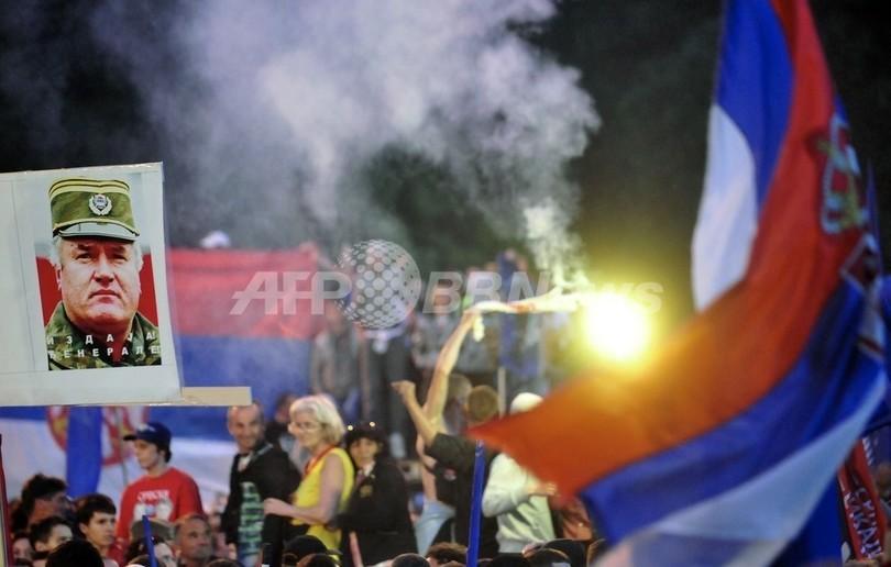 ムラディッチ被告、虐殺関与を否定 セルビアでは1万人抗議集会