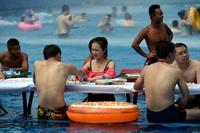 もうプールでやるしかない! 暑さ逃れてマージャンや将棋 中国