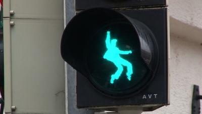 動画:「ロックの王様」への道? 信号機に歩くプレスリー ドイツ