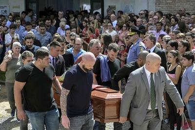 サラ選手の葬儀が故郷で営まれる、3000人以上が弔問