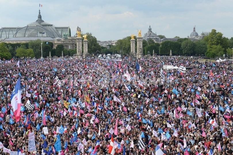 仏パリで同性婚反対デモ、警官隊と衝突で96人逮捕