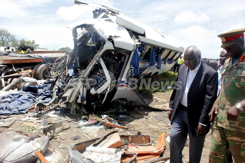 バスが対向トラックと正面衝突、53人死亡 ザンビア