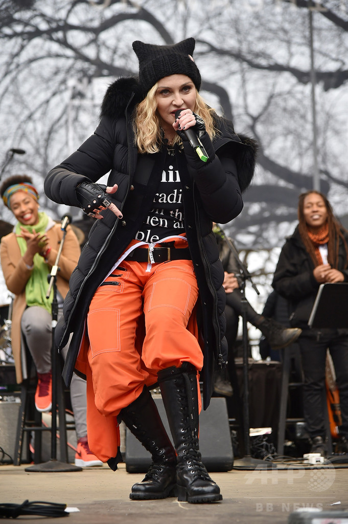 マドンナさんがサプライズ登場、米首都の女性の反トランプ行進