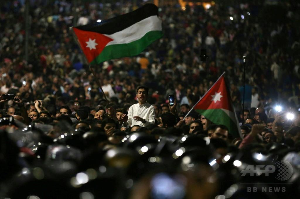 ヨルダン首相が辞任、緊縮財政政策への抗議デモ続く中
