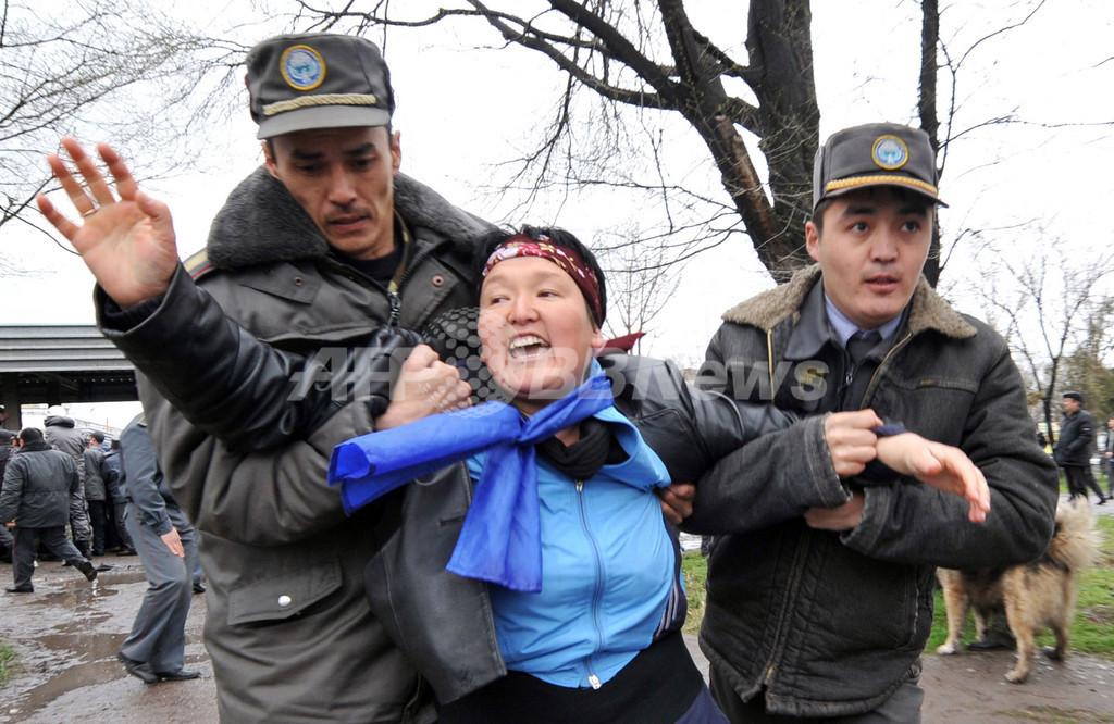キルギス大統領「辞任しない」、同国南部に滞在か