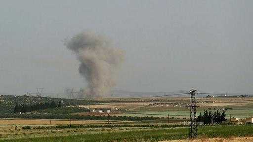 動画:シリア政府軍の空爆で民間人23人死亡、市場も破壊 現場の映像