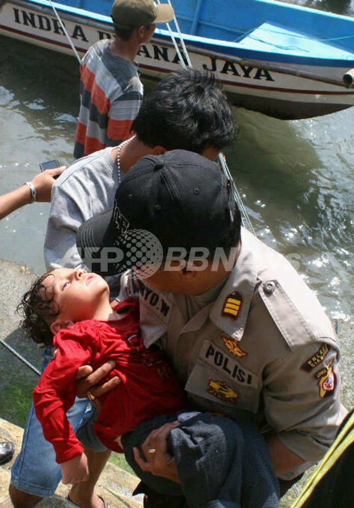 国際ニュース:AFPBB News豪州行きの難民船、インドネシア沖で沈没 7人死亡
