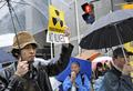 東電本店前、厳重な警備のなか続くデモ