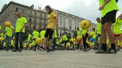 動画:W杯開幕日、ポーランドで1444人がリフティング ギネス世界記録