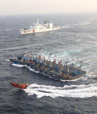 違法操業の中国漁船団、合体して取り締まりに対抗