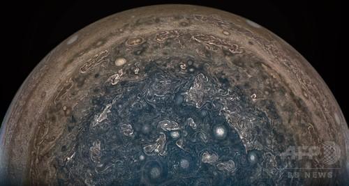 木星の南極上空から見た嵐、無人探査機「ジュノー」が撮影