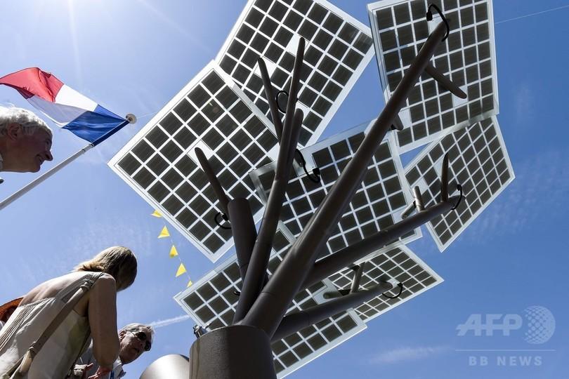 樹木型ソーラーパネル「eツリー」 仏に欧州で初設置 街角で充電も