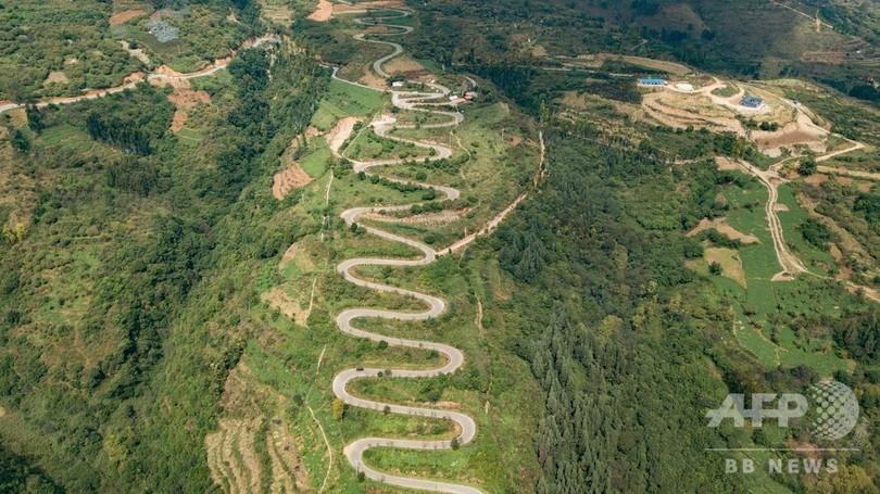 山肌に横たわる巨竜のよう 雲南省の山道「68ヘアピンカーブ」