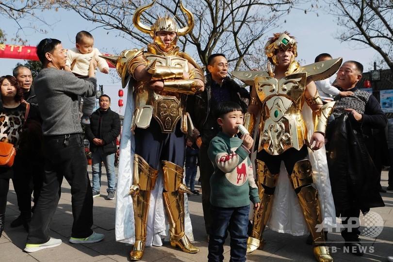 江南水郷の下町に「聖闘士」が降臨 観光客の注目集まる