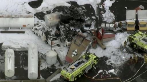 動画:第2次大戦時の爆撃機、着陸失敗で米空港施設に衝突 7人死亡9人負傷