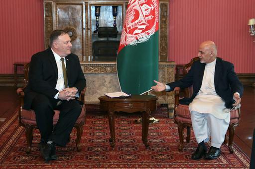 米国務長官、アフガン電撃訪問で支援削減発表 帰路タリバンとも面会