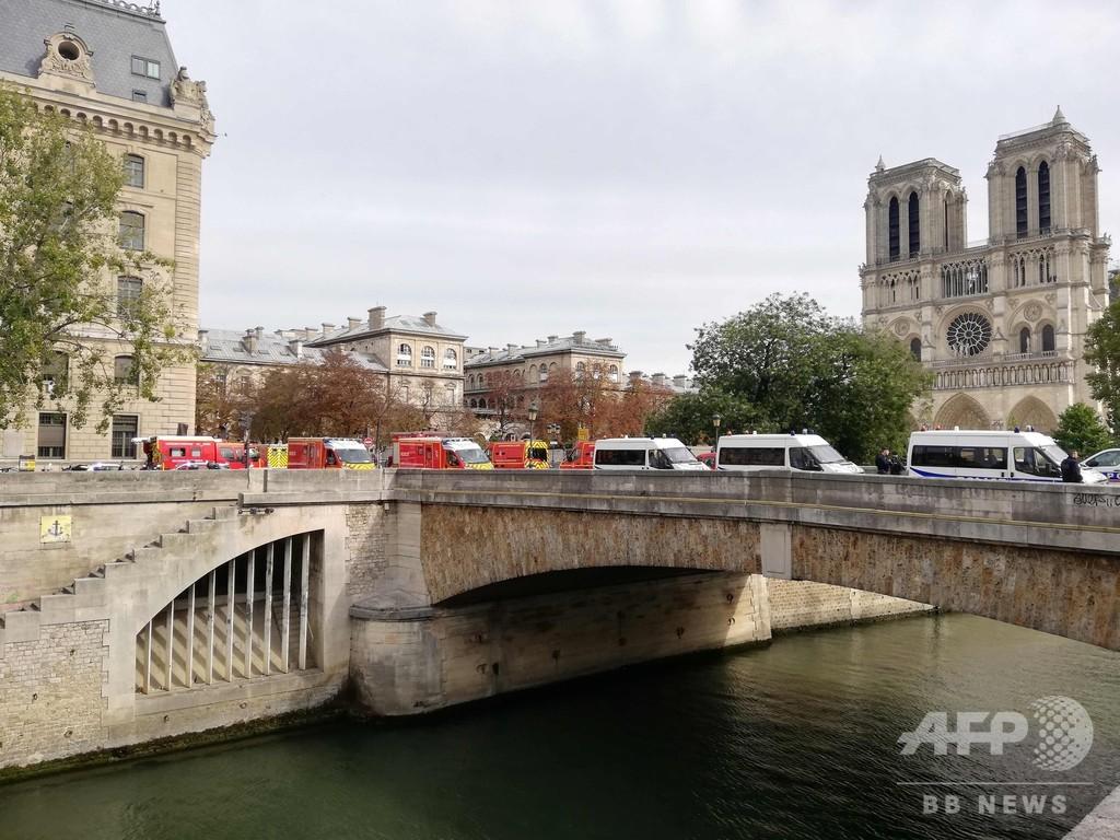 パリ警視庁で刃物襲撃、5人死傷 IT職員の男射殺