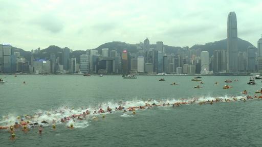 動画:香港の名所を泳いで渡る、ビクトリアハーバー横断水泳大会