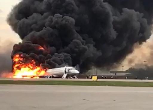モスクワの空港で旅客機炎上、41人死亡