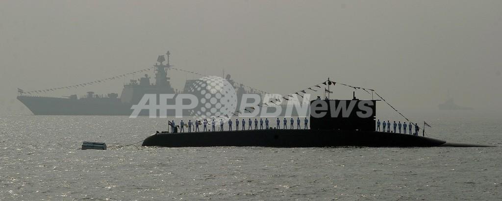 インド海軍潜水艦が爆発炎上、乗員18人閉じ込め