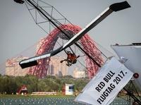 飛行距離より見た目重視? ロシアで人力飛行機コンテスト