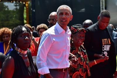 オバマ氏がケニア訪問、親族と面会 青少年施設の開所式にも出席