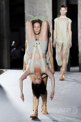 まるで組み体操?モデルが2人1組でランウェイを闊歩 パリ