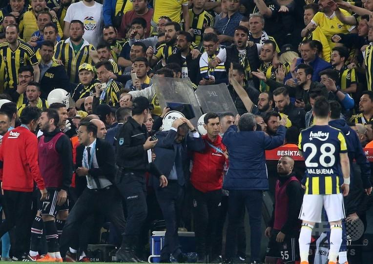 トルコサッカーは「救急治療が必要」、観客の暴挙に非難続出