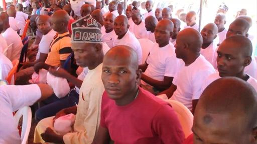 動画:ナイジェリア軍、イスラム過激派とされた約1000人を釈放