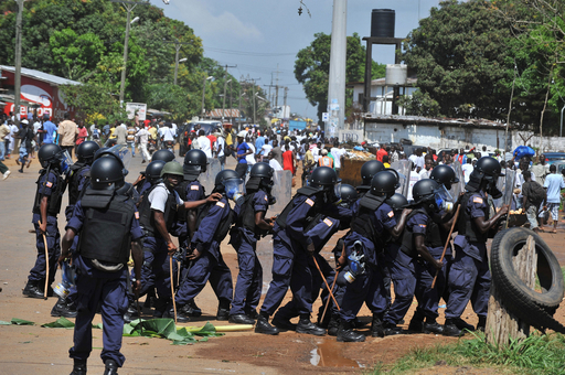 大統領選決選投票前日に野党支持者と治安部隊が衝突、4人死亡か リベリア
