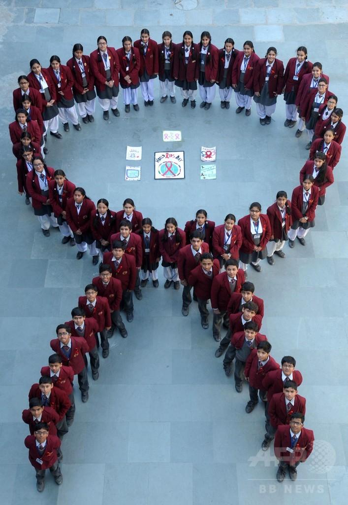 「世界エイズデー」、インドでは生徒がレッドリボン描く