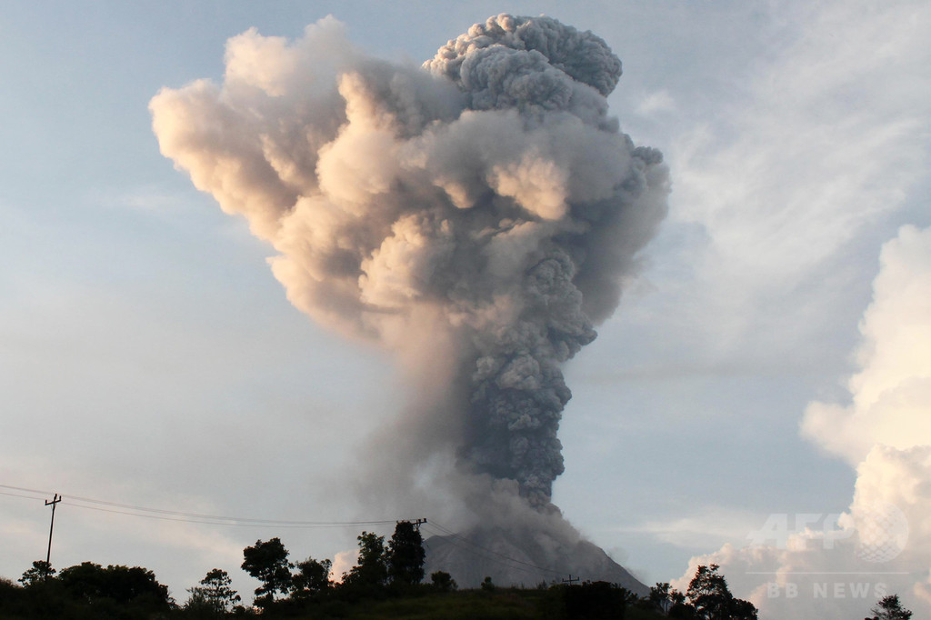 インドネシアのシナブン山噴火、火砕流で6人死亡 3人重体