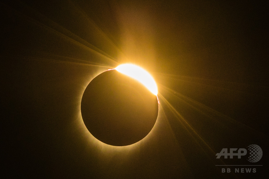 日食を裸眼で見つめた米ラッパー、視覚異常訴え公演キャンセル