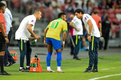 ネイマールが脚の負傷で途中交代、ブラジルはナイジェリアとドロー