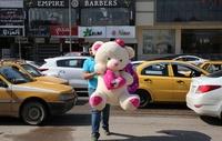 バレンタインデー、ハートやバラが街彩る