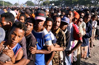 ディリで武装暴徒の抗争続く、数万人が避難 - 東ティモール