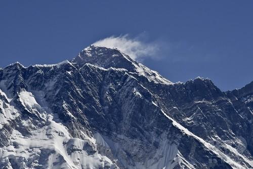 エベレスト登頂写真をねつ造? インドの警官夫婦を調査