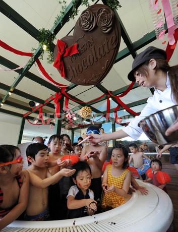 子どもたちも大喜び、バレンタイン恒例の「チョコレート風呂」