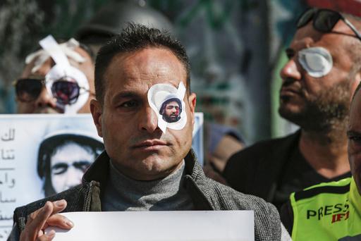 取材中のパレスチナ人記者が片目失う、眼帯姿のジャーナリストら抗議デモ