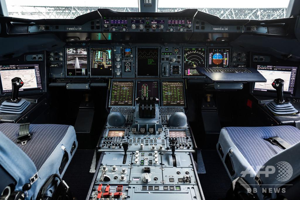ロシア旅客機のパイロット、素人の乗客に操縦させる 捜査開始