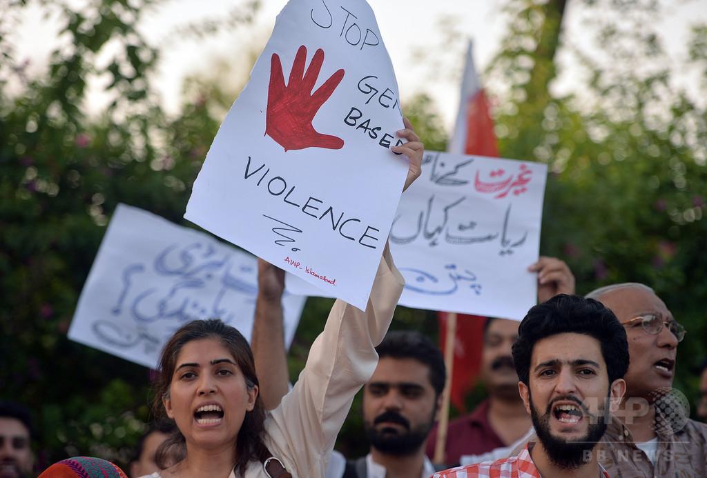 不倫した疑いの女性と恋人、夫らが木に吊るし殺害 パキスタン