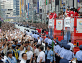 五輪メダリストが銀座パレード、50万人が大歓声
