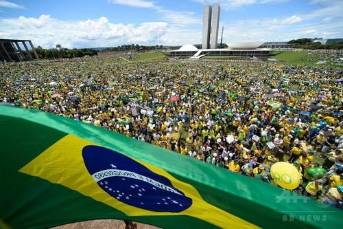 ブラジルで「歴史的」反大統領デモ、全土で300万人参加