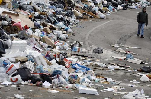 ナポリの未回収ごみ問題、混迷極める