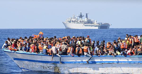 地中海で難民700人超救助、ゴムボートで欧州目指す
