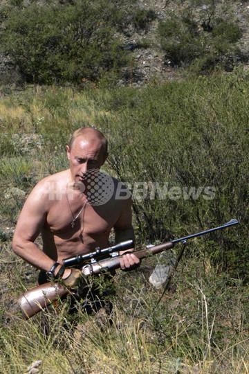 プーチン露大統領、猟銃手に狩りを楽しむ